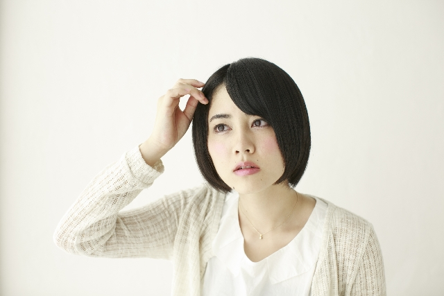 髪の毛が気になる女性_s